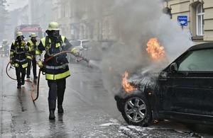 Die Feuerwehr löscht das brennende Fahrzeug., © Foto: Berufsfeuerwehr München