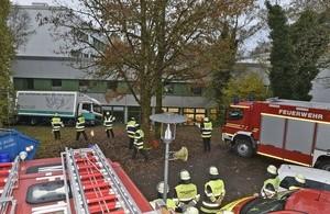 Ein LKW rutschte einen Abhang hinunter., © Foto: Berufsfeuerwehr München