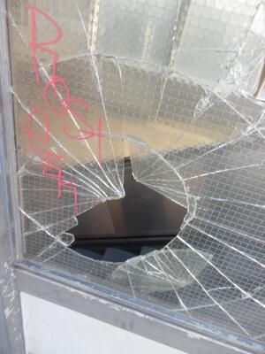 Der Randalierer zerschlug die Scheibe am Bahnhof., © Foto: Bundespolizei