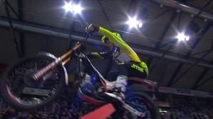Motorcrossfahrer in der Luft von unten zu sehen in halle