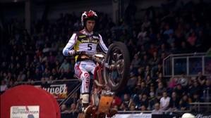Motorcross fahrer in der Luft beim Springen von vorne zu sehen