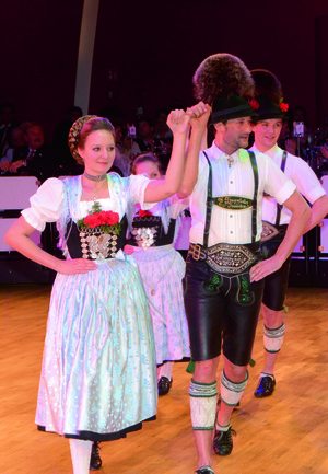 tanzendes Paar in traditioneller tracht auf oide wiesn ball im deutschen Theater, © Münchner Festring