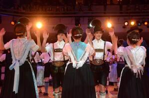 Tanzende Leute am Oide Wiesn Bürgerball im Deutschen theater, © Ingrid Grossmann