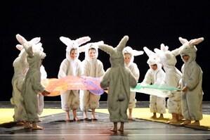 Akrobatik von Kindern als Hasen beim Lilalu-Programm, © Foto: Nicole Richter