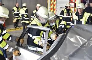 Girls Day in der Hauptfeuerwache, © Wer wollte, konnte beim Girls Day die Beifahrertüre eines Autos abtrennen. Foto: Feuerwehr München