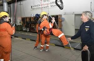 Girls Day in der Hauptfeuerwache, © Alle Besucherinnen konnten selbst einmal ausprobieren, wie man sich als Feuerwehrfrau in verschiedenen Situationen fühlt. Foto: Feuerwehr München