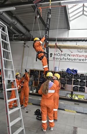 Girls Day in der Hauptfeuerwache, © An einer Strickleiter haben die Mädels geprobt, wie die Höhenrettung funktioniert. Foto: Feuerwehr München