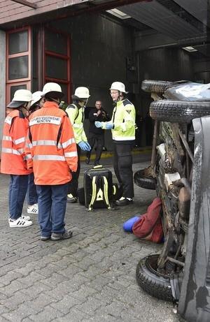 Girls Day in der Hauptfeuerwache, © Verletzte Menschen aus einem Auto bergen - auch das gehört zum Job einer Feuerwehrfrau. Foto: Feuerwehr München