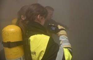 Girls Day in der Hauptfeuerwache, © Mit der Wärmebildkamera mussten die Mädchen einen Verletzten in den Ruachschwaden suchen. Foto: Feuerwehr München