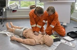 Girls Day in der Hauptfeuerwache, © Die Mädchen bescäftigten sich auch mit Erster Hilfe: Rettungsassistenten und -sanitäter zeigten wie Verbände angelegt werden, wie man einen Arm schient, oder wie man  Elektroden des Externen Defibrillator aufklebt. Foto: Feuerwehr München