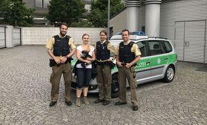 Polizei vor Streifenwagen mit Frau und Hund, © Symbolbild