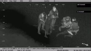 Foto: Polizeipräsidium Oberbayern Süd, © Die drei Männer werden von der Polizei festgenommen./Foto: Polizeipräsidium Oberbayern Süd