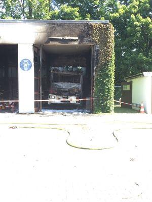 Feuerwehr kaputtes Einsatzfahrzeug nach dem Brand