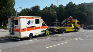 Der Unfall mit einem Krankenwagen am Karl Preis Platz