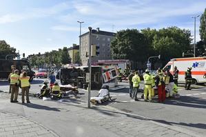Die Unfallstelle am Karl Preis Platz mit Krankenwagen, © Foto: Berufsfeuerwehr München