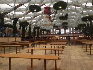 Schon früh am Morgen warten hunderte Besucher vor der Wiesn, © 8:00 Uhr: Noch dürfen keine Gäste ins Hofbräu auf dem Oktoberfest. Sie warten noch vor der Theresienwiese auf Einlass