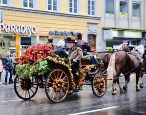 So schön startete trotz des Wetters der erste Oktoberfest-Tag, © Einzug der Wiesn-Wirte - Foto:  Alexandre Hubert