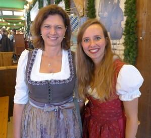 Wiesn-Promis auf dem Oktoberfest 2017:, © Sandra mit Ilse Aigner im Festzelt zur Schönheitsköniging