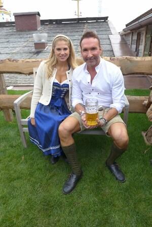 © Fanny mit Jochen-Bendel im Käfer auf der Wiesn 2017