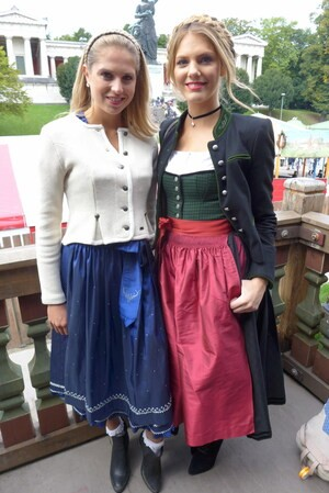 Wiesn-Promis auf dem Oktoberfest 2017:, © Fanny und Moderatorin Viviane Geppert im Käfer