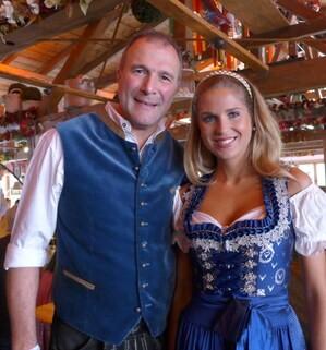 Wiesn-Promis auf dem Oktoberfest 2017:, © Fanny und Alexander Hold (Richter & Politiker) im Käfer