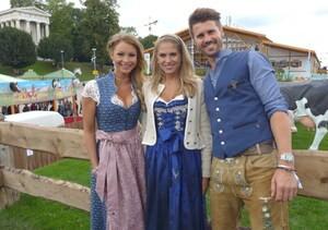 Wiesn-Promis auf dem Oktoberfest 2017:, © Fanny mit Jana Kilka & Thore Schölermann im Käfer