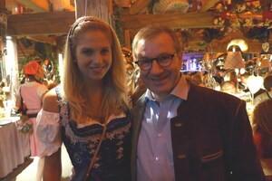 Wiesn-Promis auf dem Oktoberfest 2017:, © Fanny mit Jan Hofer im Käfer