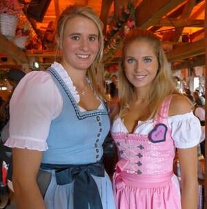 Oktoberfest 2017: Wiesn-Promis:, © Fanny mit Rennrodlerin Natalie Geisenberger im Käfer