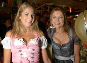 Oktoberfest 2017: Wiesn-Promis:, © Fanny mit Schauspielerin Ursula Karven im Käfer