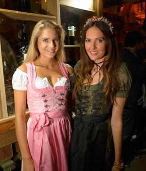 Oktoberfest 2017: Wiesn-Promis:, © Fanny mit Moderatorin Johanna Klum im Käfer