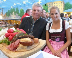 Oktoberfest 2017: Wiesn-Promis:, © Fanny mit Oberbürgermeister Dieter Reiter