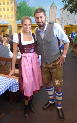 Oktoberfest 2017: Wiesn-Promis:, © Fanny mit Sascha Mölders (TSV 1860)