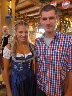 Wiesn-Promis auf dem Oktoberfest 2017:, © Fanny mit Henning Fritz (Handballtorwart) im Weinzelt