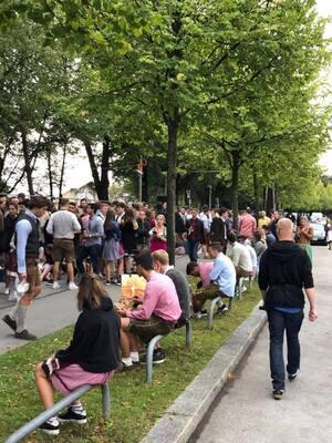 wartende Leute vor Festwiese Oktoberfest 2018