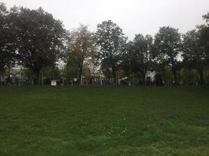wartende Menschen vor dem Wiesn-Zaun