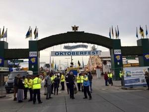 Sicherheiteskräfte vor dem Wiesn-Eingang