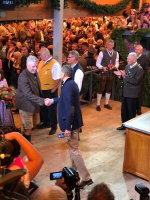 © Münchens Oberbürgermeister Dieter Reiter kurz vor dem Anzapfen