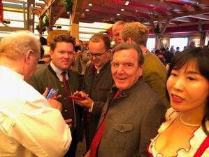 © Ex-Kanzler Gerhard Schröder beim Anzapfen auf der Wiesn im Schottenhamel