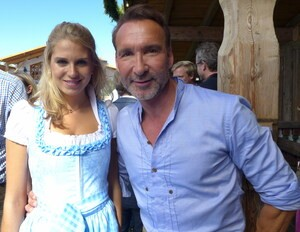 Wiesn, Oktoberfest, München, münchen.tv, Promi, Star, Fanny Fee Werther, © Fanny Fee Werther und Moderator Jochen Bendel
