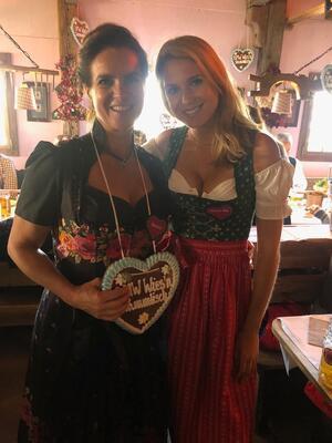 Wiesn, Oktoberfest, München, münchen.tv, Promi, Star, Fanny Fee Werther, © Eiskunstläuferin Katarina Witt mit Fanny Fee Werther