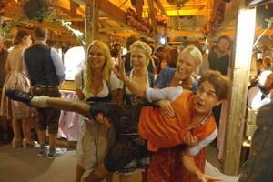 Die Promis feiern auf dem Münchner Oktoberfest, © Matze Knop, Evelyn Weigert, Nova Meierhenrich und Laura Karasek