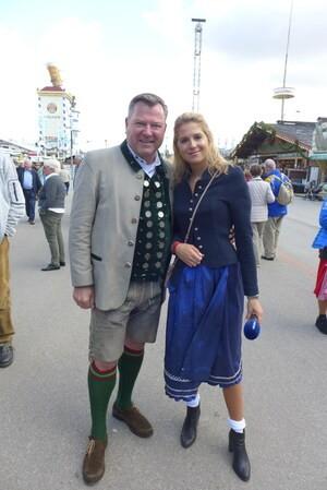Die Promis feiern auf dem Münchner Oktoberfest, © Josef Schmid