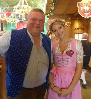 © Gewichtheber Manfred Nerlinger und Fanny Werther im Weinzelt