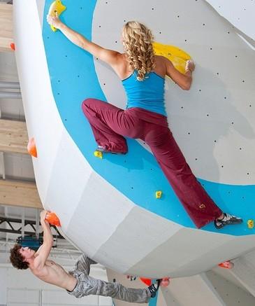 Zwei Athleten versuchen sich an einem Boulderproblem, © Boulderathleten beim Klettern - Foto: Boulderwelt