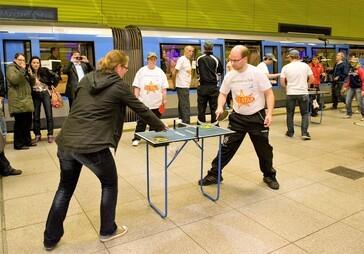 Tischtennisturnier in der Münchner U-Bahn