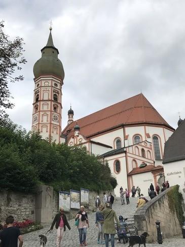 Das Kloster in Andechs und sein Biergarten ist ein beliebtes Ausflugsziel.