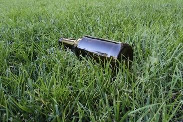 An der Isar lassen Leute oft ihre leeren Flaschen liegen., © Symbolbild