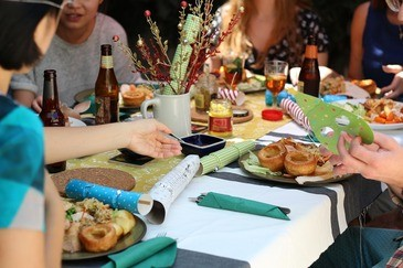 Freunde, die zusammen essen, © Symbolbild