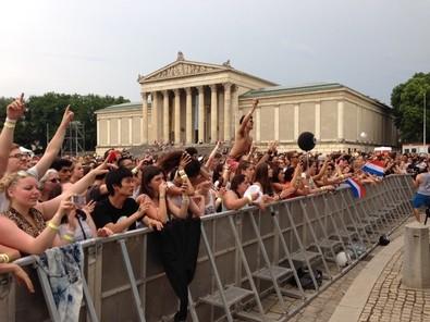 Koenigsplatz Konzert Zuschauer, © Die Fans am Königsplatz dürfen sich an diesem Wochenende auf Sunrise Avenue freuen Foto: Redaktion