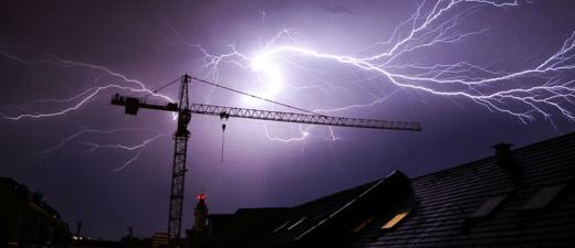 heftiger Sturm mit Blitzen über München
